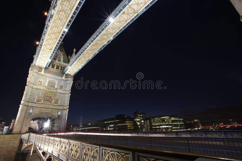 Passerelle de tour de Londres par nuit images libres de droits