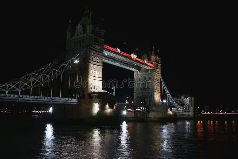 Passerelle de tour la nuit image stock