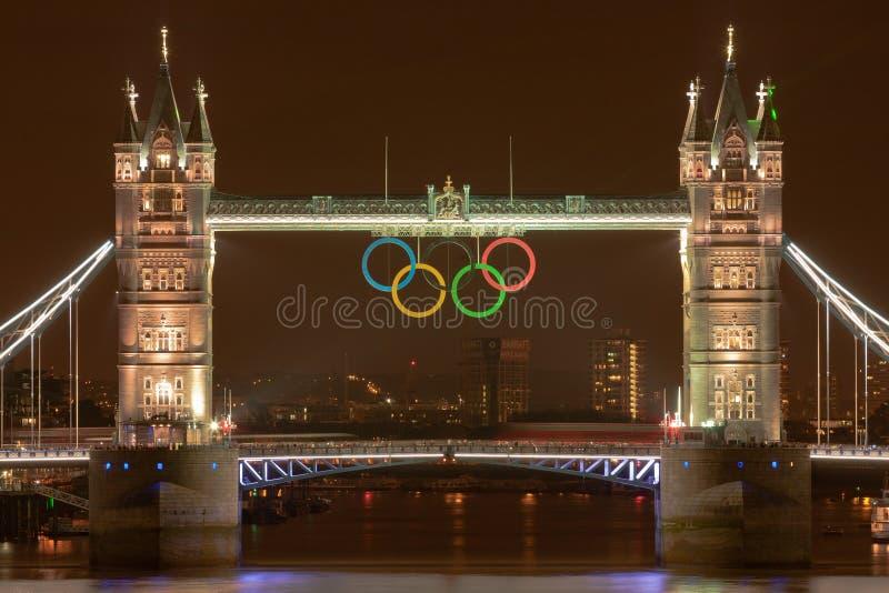 Passerelle de tour la nuit avec les boucles olympiques images stock