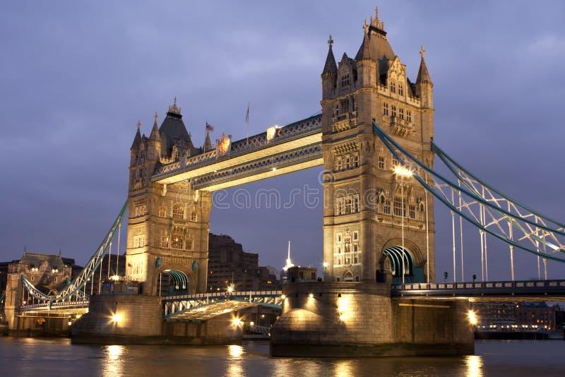 Passerelle de tour la nuit, Londres, R-U images libres de droits