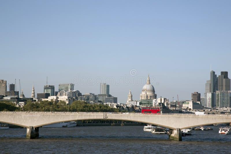 Passerelle de Waterloo avec l'église de cathédrale de St Pauls, Londres image libre de droits