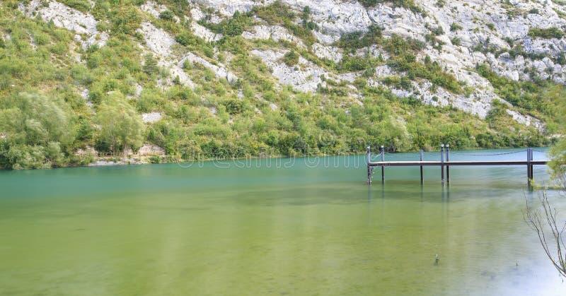 Passerelle en bois au-dessus d'un lac photographie stock libre de droits