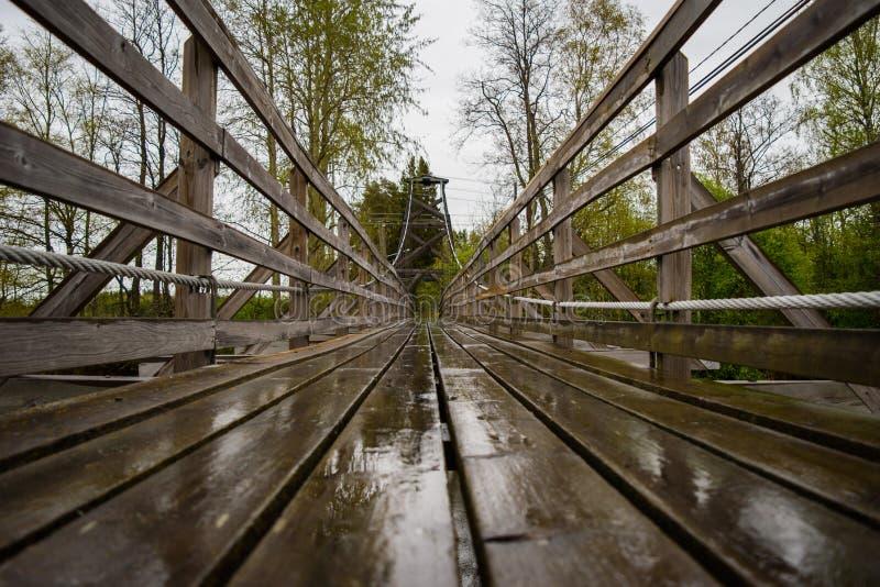 Passerelle en bois au-dessus du fleuve photographie stock