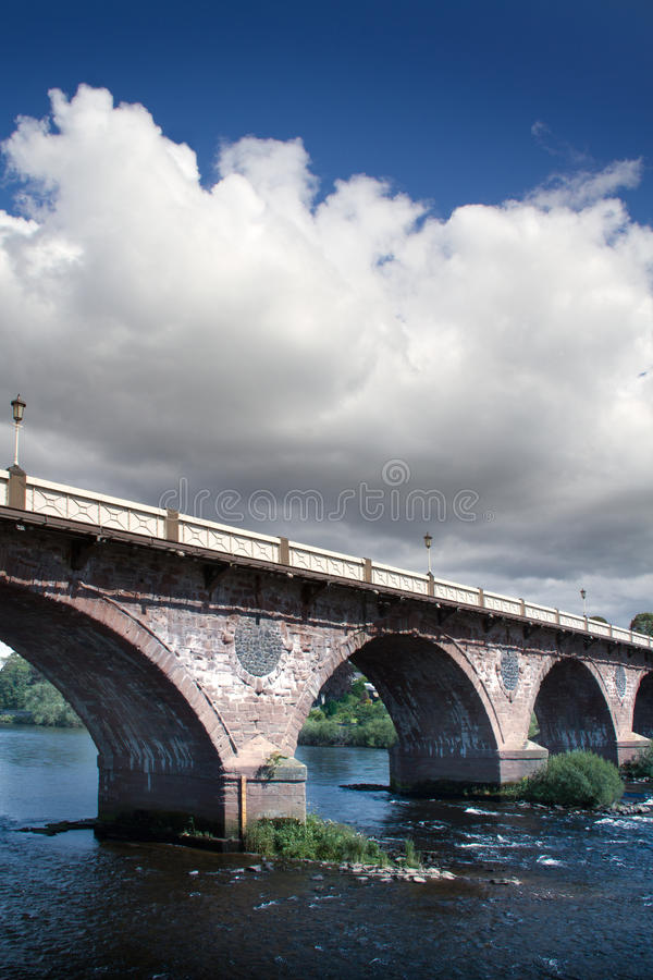 Passerelle en pierre au-dessus de fleuve image stock