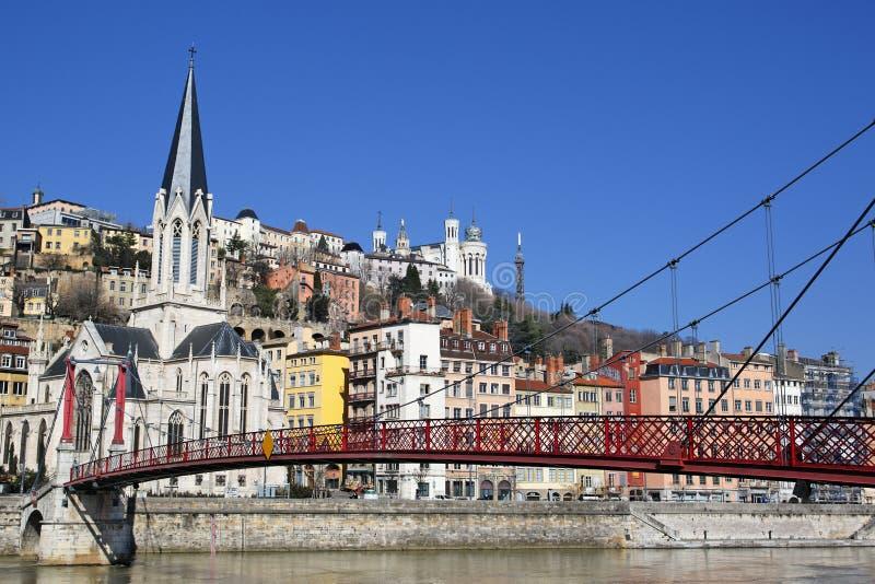 Passerelle et église rouges de Lyon photographie stock libre de droits