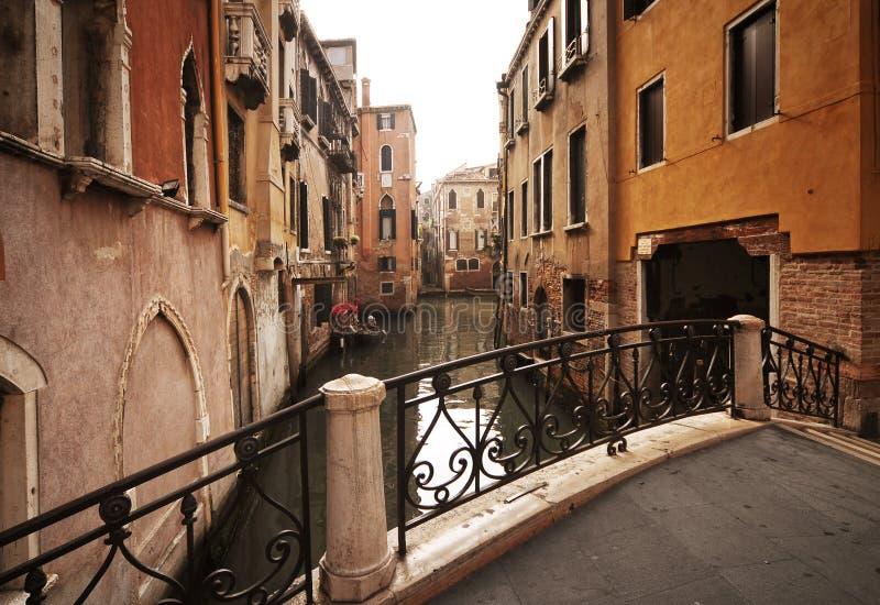 Passerelle et constructions à Venise - en Italie photographie stock libre de droits