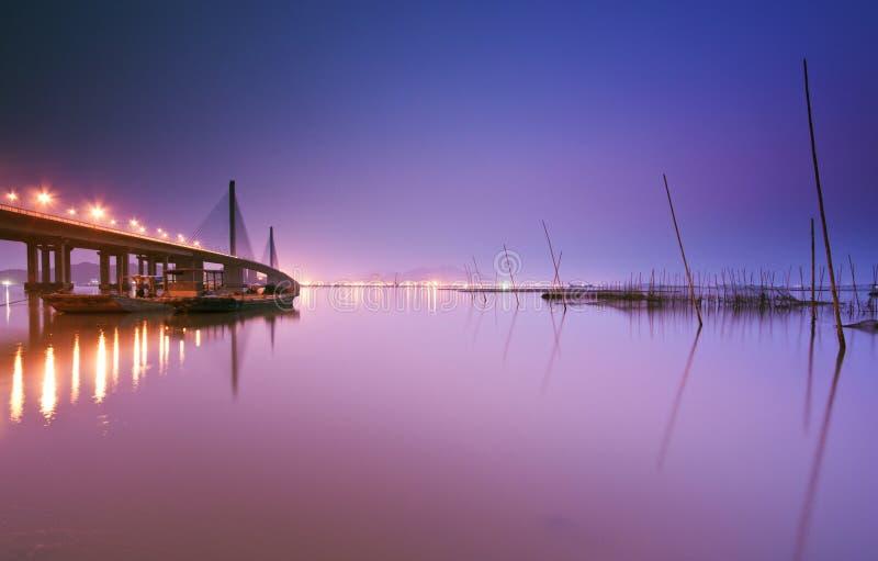 Passerelle et lacs en ciel de nuit photo stock