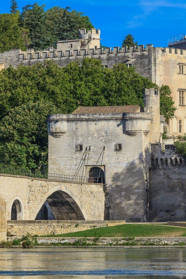 Passerelle et papes Palace, France d'Avignon photographie stock