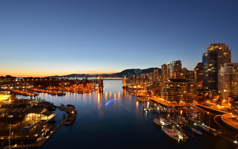Passerelle historique de Burrard de Vancouver la nuit images stock