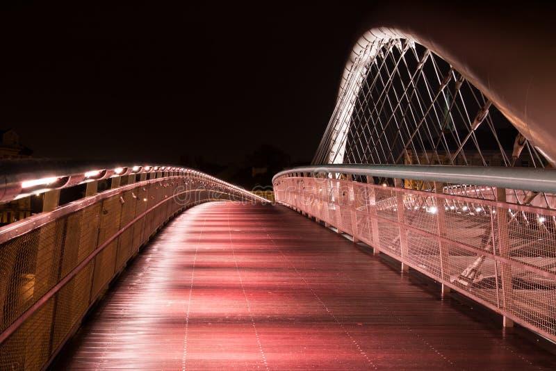 Passerelle Humide Dans La Nuit Pluvieuse à Cracovie Photographie stock