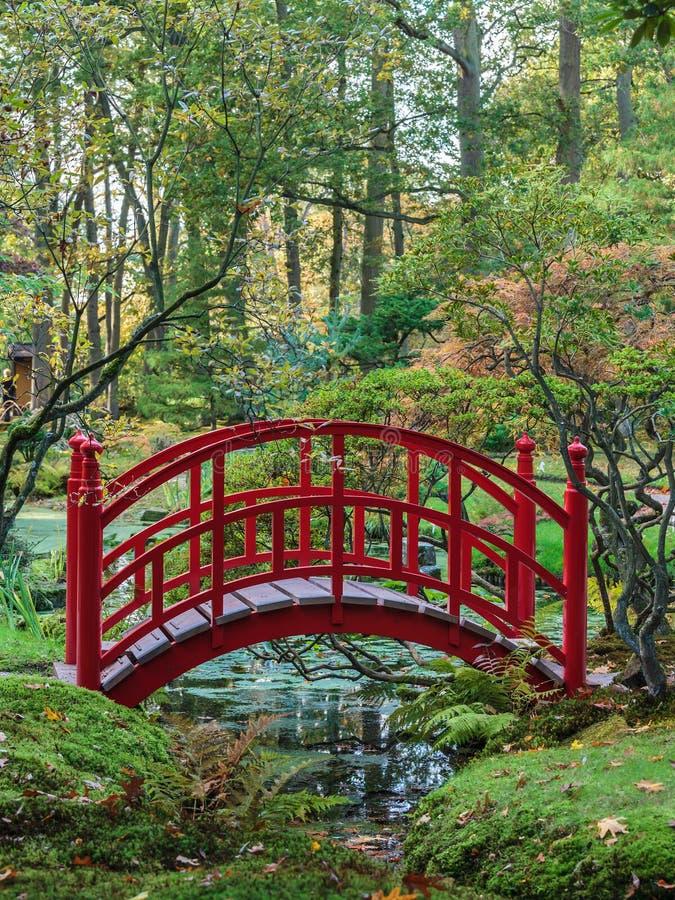 Passerelle japonaise rouge dans un jardin d'automne photographie stock