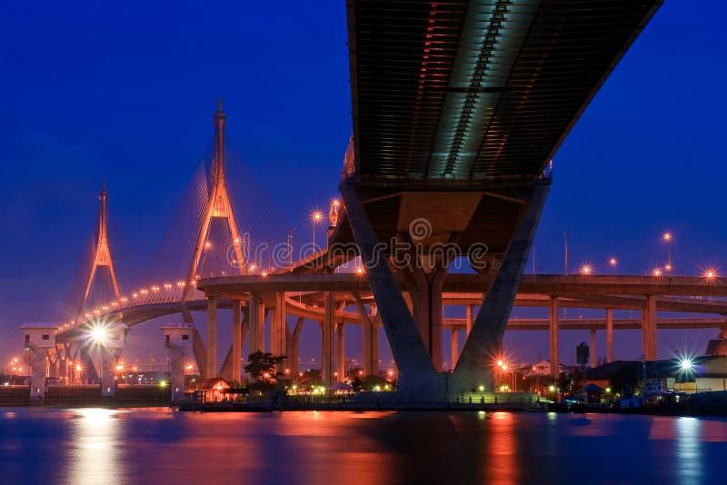 Passerelle méga au crépuscule en Thaïlande photo stock