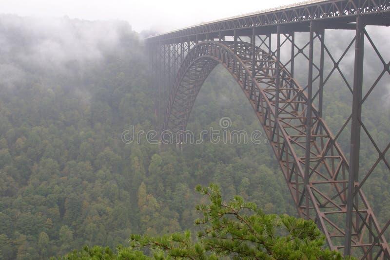 Passerelle neuve de fleuve photographie stock libre de droits