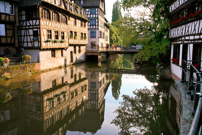 Passerelle par le canal dans la vieille ville image stock