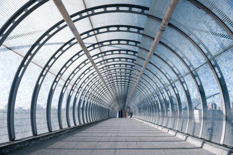 Passerelle piétonnière à la station de train de DLR à Londres photographie stock