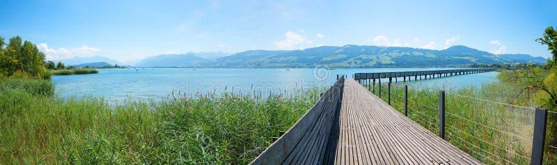 Passerelle piétonnière à travers le zurichsee, avec le Mountain View St Gallen Suisse photos stock
