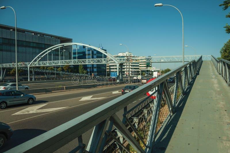 Passerelle pour des piétons au-dessus de route à Madrid photos libres de droits