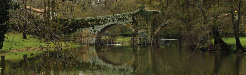 Passerelle romaine reflétée dans le fleuve image stock