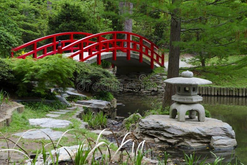 Passerelle rouge dans le jardin japonais photo libre de droits