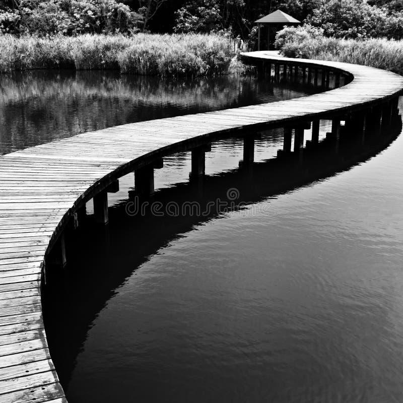 Passerelle sur l'eau dans noir et le blanc photo libre de droits