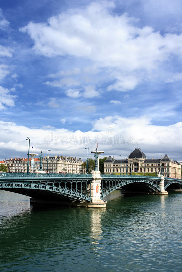Passerelle sur le fleuve de Rhône images libres de droits