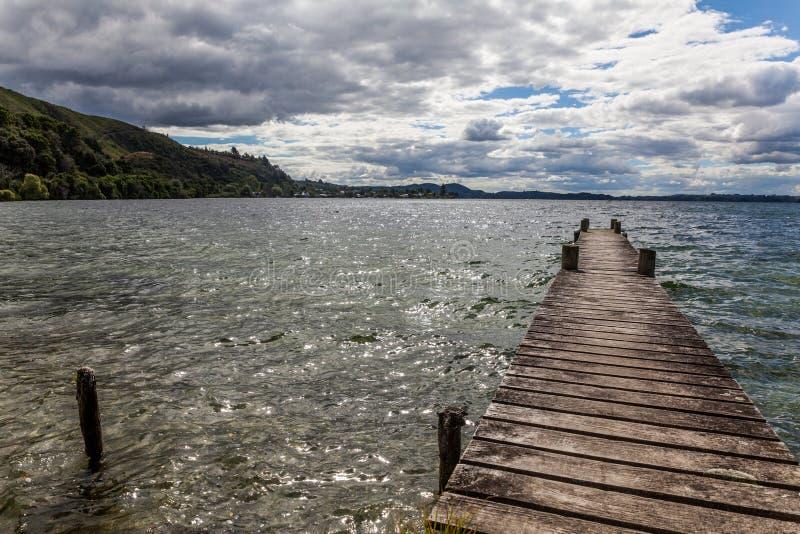 Passerelle sur le lac photo libre de droits