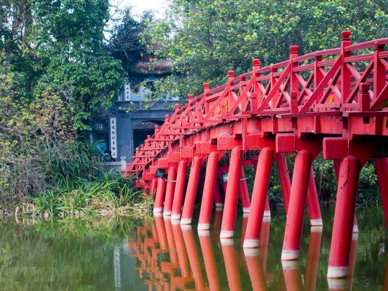 Passerelle sur le lac Hoan Kiem, Hanoï, Vietnam images libres de droits