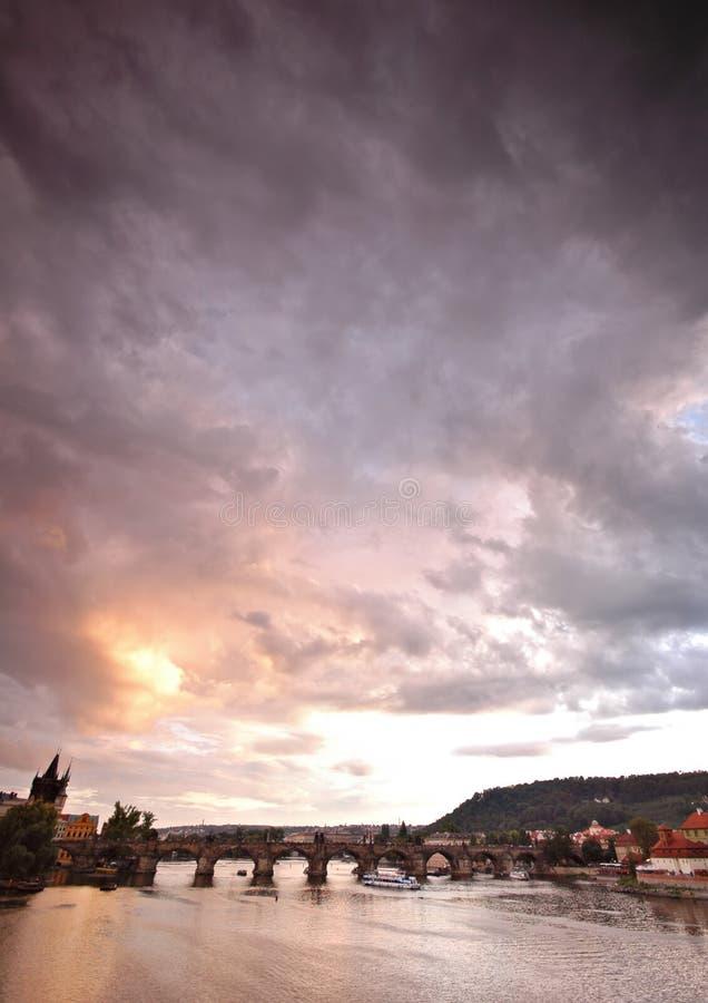 Passerelles de Prague au coucher du soleil photo libre de droits