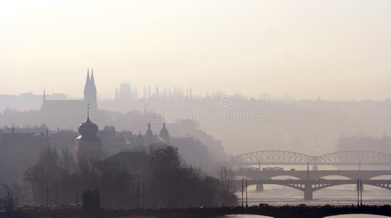 Passerelles de Prague au début de la matinée image stock