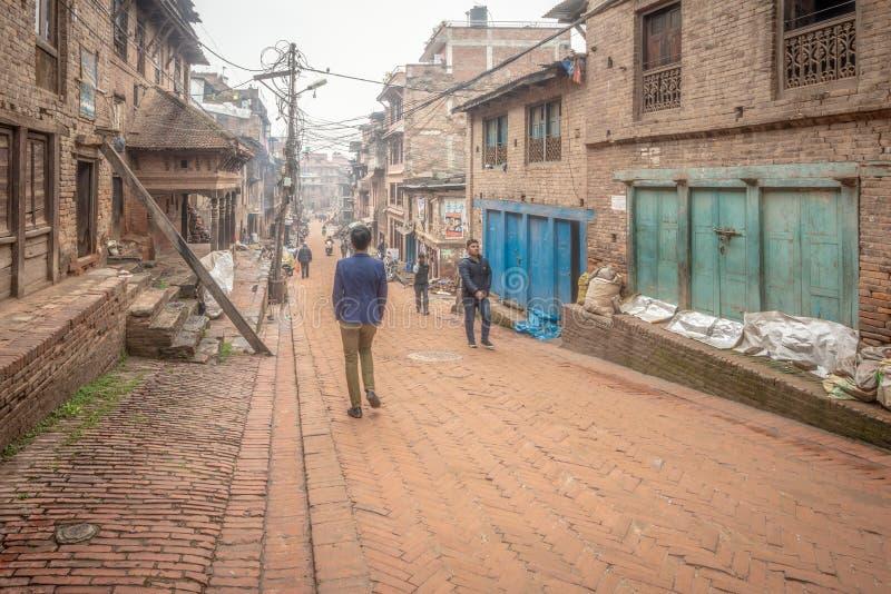 Passersby som skriver in den gamla staden arkivbilder