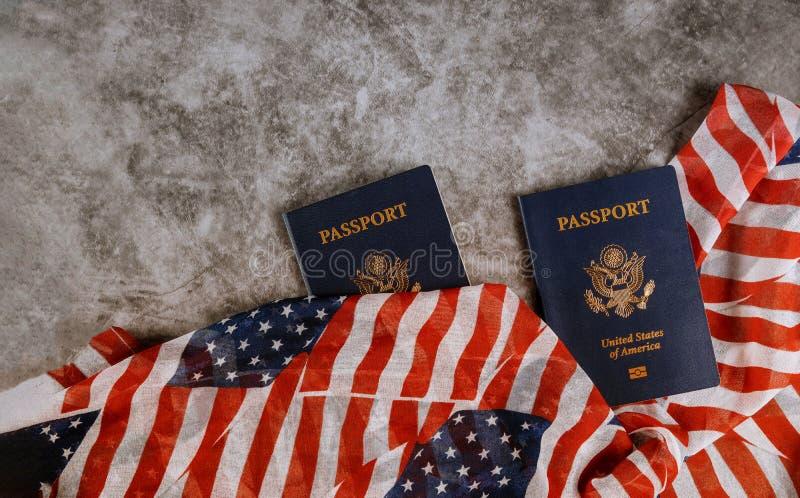 Passet av USA täckte vid det amerikanska klassiska passet på USA-flagga arkivfoton