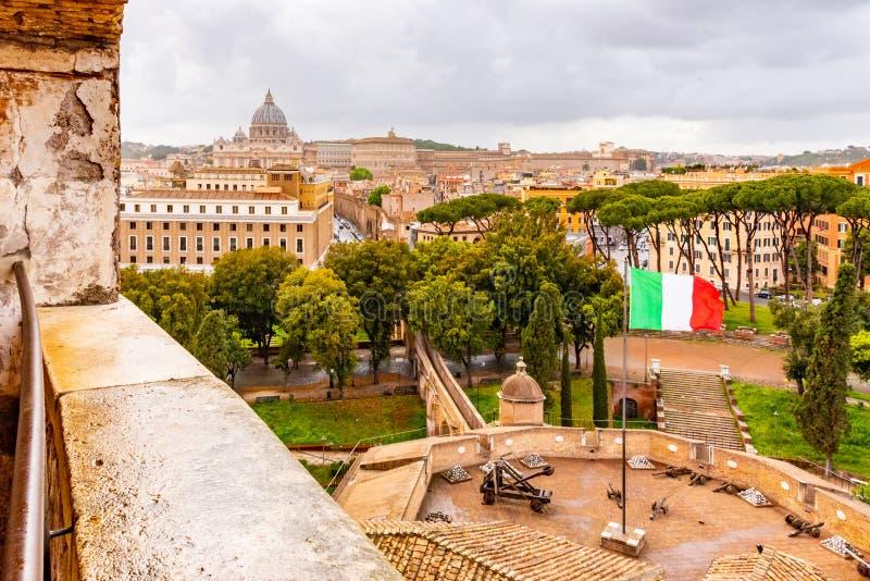 Passetto di博尔格-高的段落向梵蒂冈 从圣天使城堡的看法加强了墙壁 E 免版税图库摄影