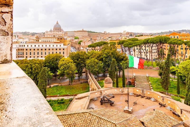 Passetto di博尔格-高的段落向梵蒂冈 从圣天使城堡的看法加强了墙壁 E 库存照片