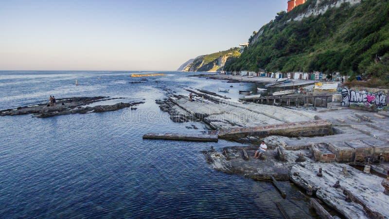 Passetto-Strand und das berühmte rockfrom Seggiola Del Papa oben lizenzfreies stockfoto