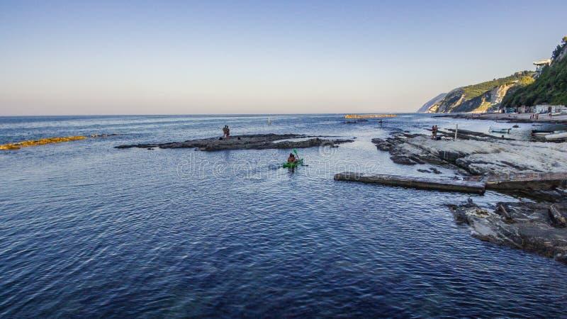 Passetto-Strand und das berühmte rockfrom Seggiola Del Papa oben lizenzfreies stockbild