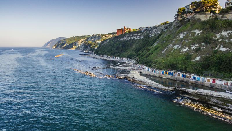 Passetto-Strand und das berühmte rockfrom Seggiola Del Papa oben stockfotos