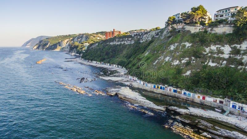 Passetto-Strand und das berühmte rockfrom Seggiola Del Papa oben lizenzfreie stockfotos