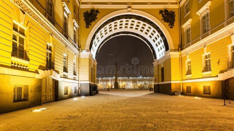 passez dans la voûte du bâtiment d'état-major en chutes de neige images libres de droits