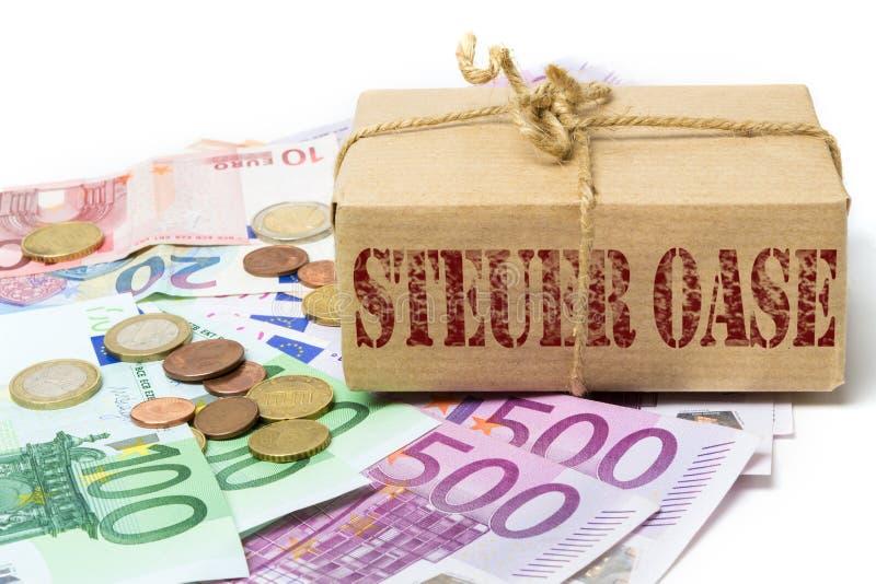 Passez l'argent en contrebande dans le paradis fiscal photographie stock libre de droits