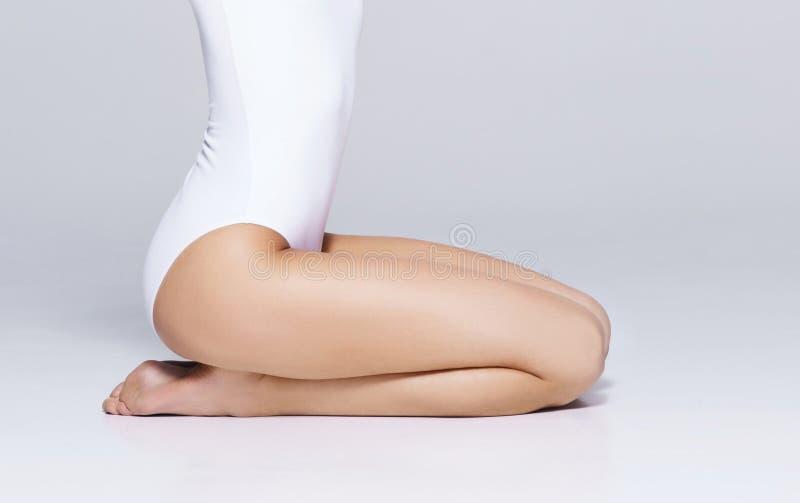 Passform och härlig kvinnlig kropp Ung flicka i den vita baddräkten royaltyfri bild