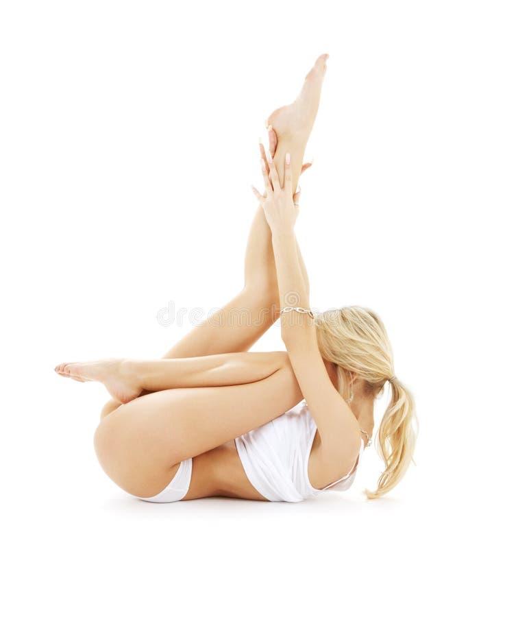 Passform som är blond i praktiserande yoga för vit underkläder arkivbilder
