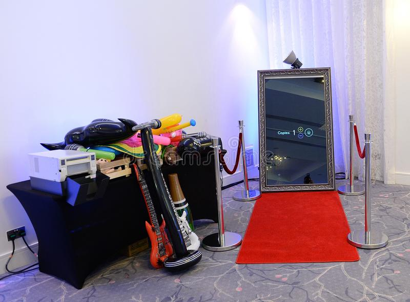 Passfotoautomat gegründet in einem Raum lizenzfreies stockbild