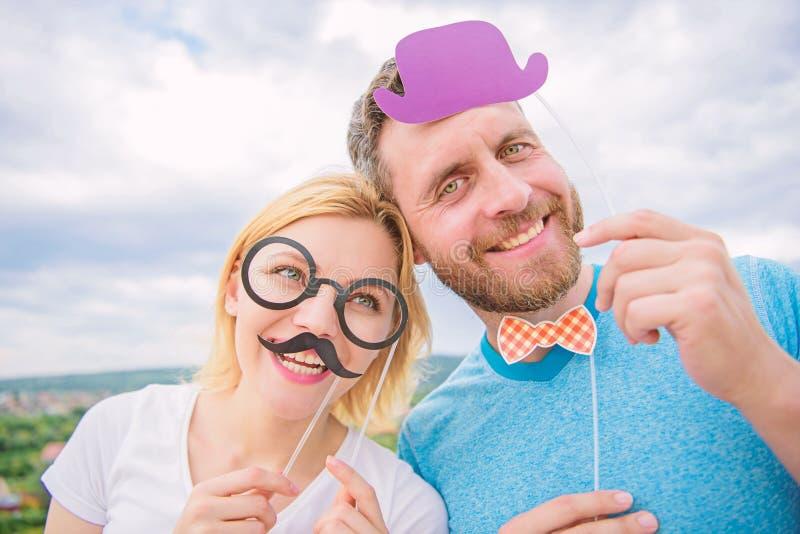 Passfotoautomat-St?tzen Mann mit Bart und Frau, die Spa?partei hat Addieren Sie etwas Spa? Herstellung der lustigen Fotogeburtsta stockbild