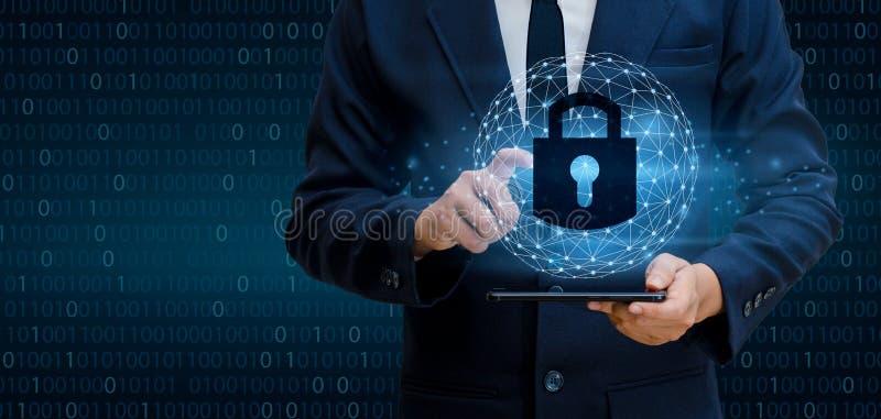 Passi ad uomo d'affari la serratura della stampa codice binario, concetto di sicurezza del cuber Mondo di comunicazione immagine stock libera da diritti