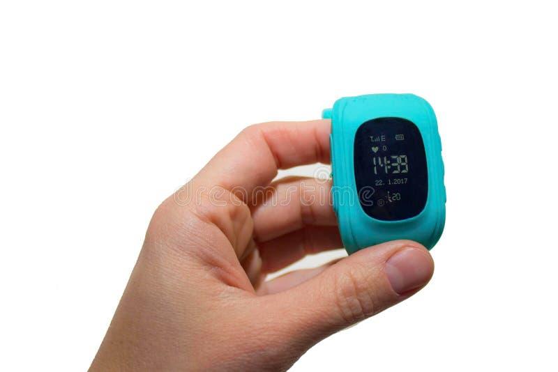 Passi a bambino GPS della tenuta l'orologio astuto isolato su fondo bianco immagine stock libera da diritti