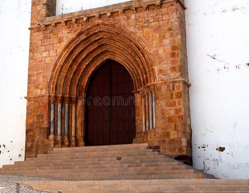 Passi E Entrata Nella Cattedrale Di Silves, Portogallo immagine stock