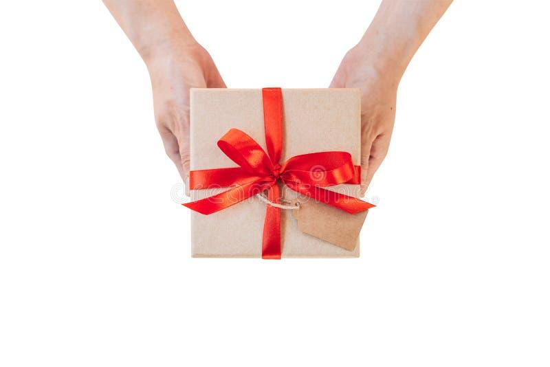 Passi il contenitore di regalo della tenuta della donna sopra isolato con il percorso di ritaglio Imag immagini stock libere da diritti