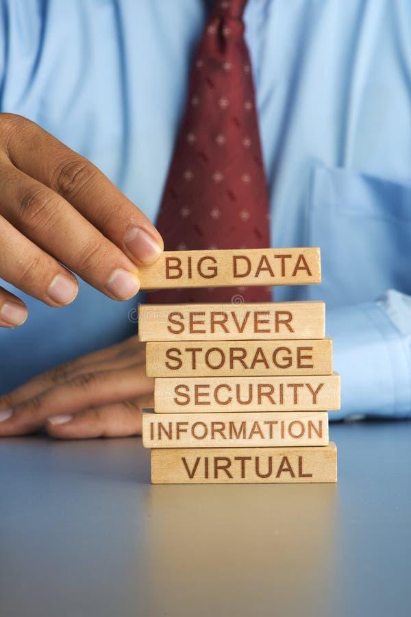 Passi l'organizzazione del concetto del blocco di legno di grande stoccaggio di grandi dati immagini stock libere da diritti