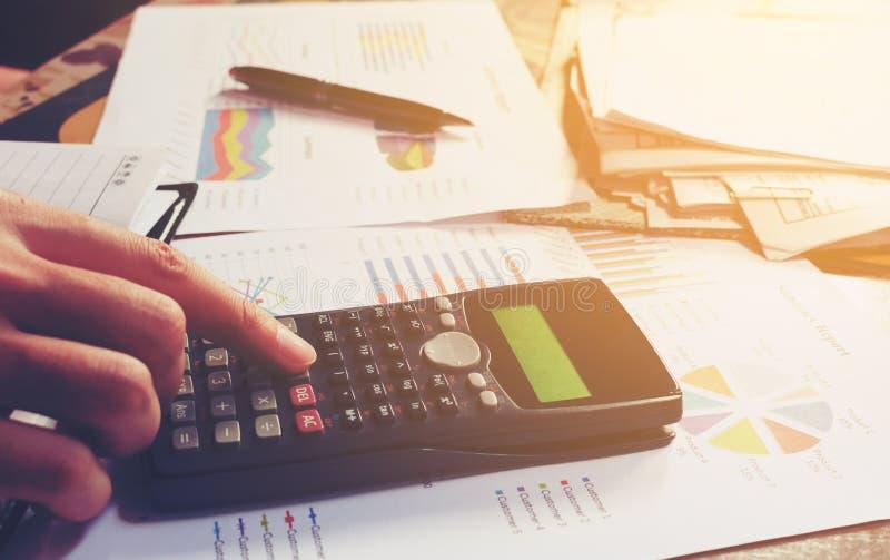 Passi l'uomo che calcola circa il Ministero degli Interni di spese e di costo immagini stock