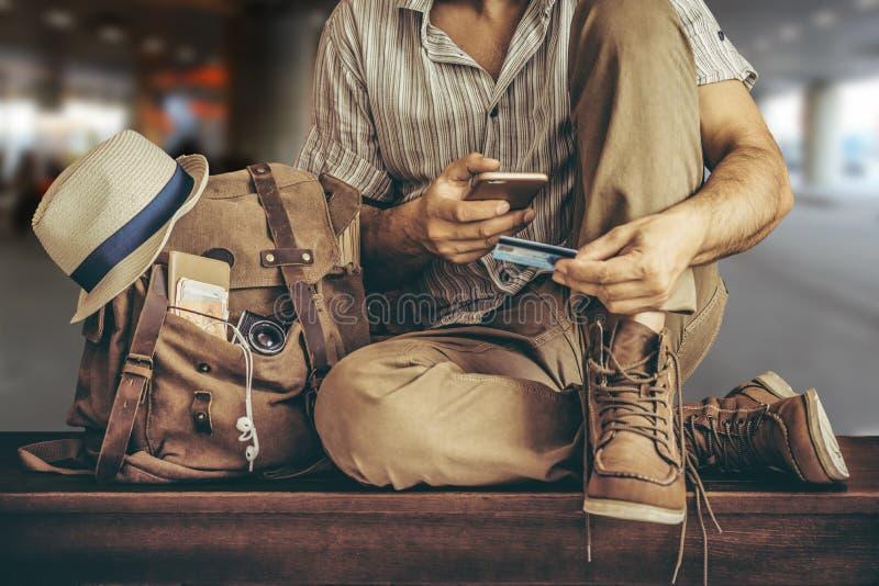 Passi la carta di credito della tenuta con la mano per acquisto online di pagamento immagine stock libera da diritti